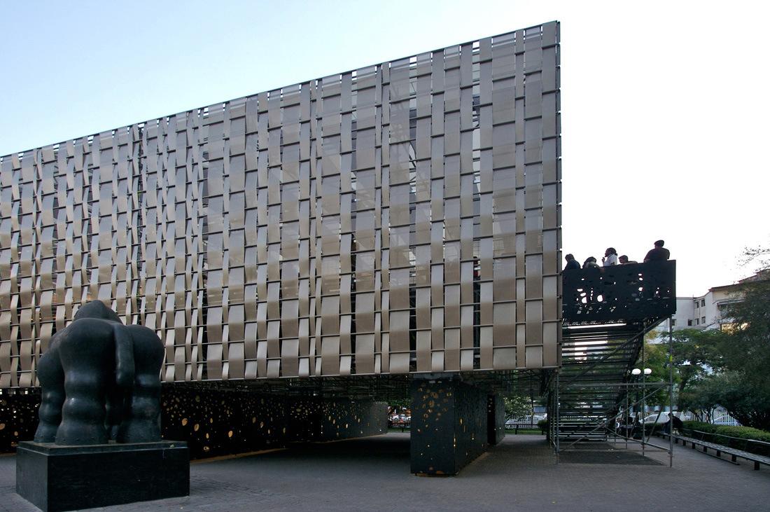 <strong>雕花铝单板在现在建筑应用及优势</strong>